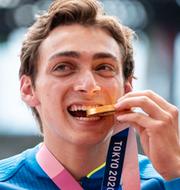 Duplantis tar emot sin OS-guldmedalj. Bildbyrån