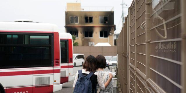 Sörjande fans nära huset i Kyoto i Japan som sattes brand. Jae C. Hong / TT NYHETSBYRÅN/ NTB Scanpix