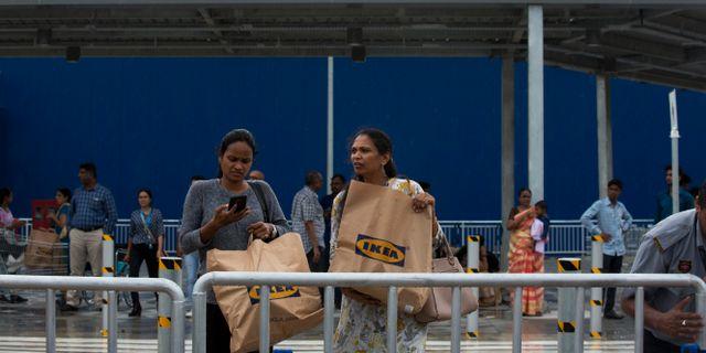 Två kvinnor utanför Ikeas varuhus i Hyderabad, Indien.  Mahesh Kumar A. / TT NYHETSBYRÅN