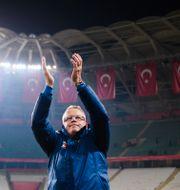 Janne Andersson tackar fansen efter matchen mot Turkiet. JOEL MARKLUND / BILDBYRÅN
