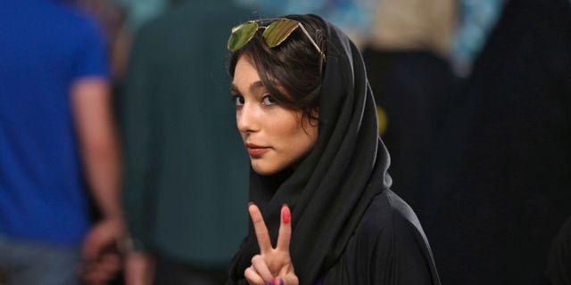 En kvinna i Teheran röstar i presidentvalet. Vahid Salemi / TT NYHETSBYRÅN