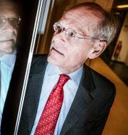 Riksbankschef Stefan Ingves i en korridor i Riksbanken. På väggen sitter en löpsedel från Dagens Nyheter som meddelar att Riksbanken 1992 höjde räntan till 500 procent för att försvara kronan. Tomas Oneborg/SvD/TT / TT NYHETSBYRÅN