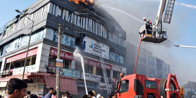 Många tvingades hoppa från den brinnande byggnaden. Sarju Parekh / TT NYHETSBYRÅN/ NTB Scanpix