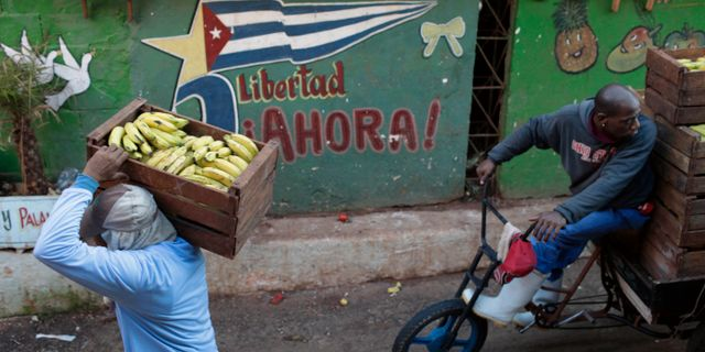 Illustrationsbild. En försäljare på väg till en marknadsplats i Kubas huvudstad Havanna.  Franklin Reyes / TT / NTB Scanpix