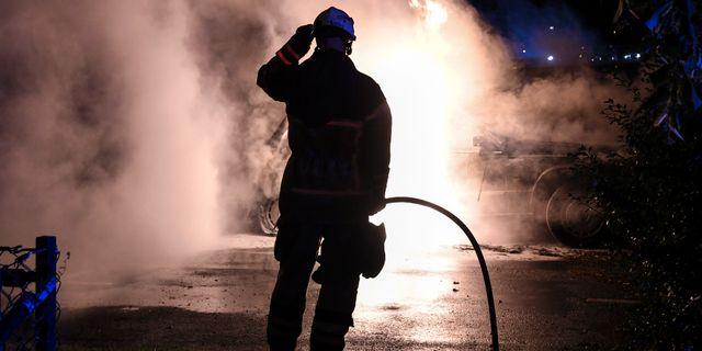 Räddningstjänsten släcker en brinnande bil i Malmö.  Johan Nilsson/TT / TT NYHETSBYRÅN