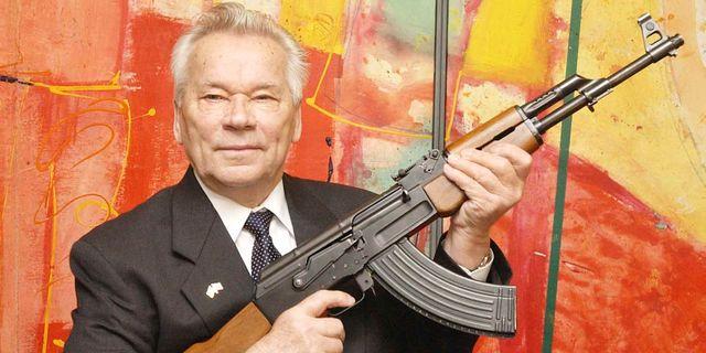 Michail Kalashnikov med automatgeväret som döpts efter honom. JENS MEYER / AP