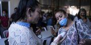 En asylsökande får sin temperatur kollad. Här i Tijuana, Mexiko.  GUILLERMO ARIAS / TT NYHETSBYRÅN