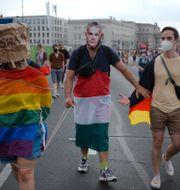 Pridetåg i Berlin där deltagare bär mask med Ungerns premiärminister Viktor Orbáns ansikte.  Markus Schreiber / TT NYHETSBYRÅN