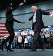 Vänsterprofilerna Alexandria Ocasio-Cortez och Bernie Sanders/USA:s president Joe Biden. TT