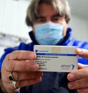 En låda vaccin från Janssen, som är amerikanska Johnson & Johnson-koncernens läkemedelsdivision. Szilard Koszticsak / TT NYHETSBYRÅN