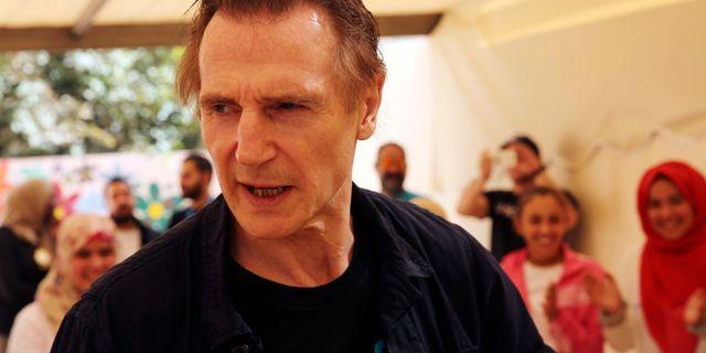 Liam Neeson träffar flyktingar i Amman som en del av ett UNICEF-projekt. Sam McNeil / TT / NTB Scanpix