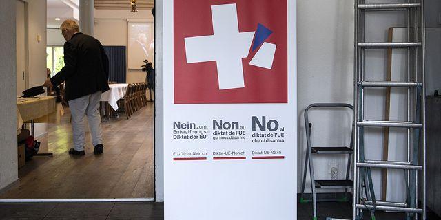 En banderoll för nejsidan i folkomröstningen.  AP