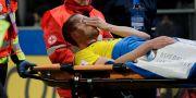 Jakob Johansson bärs ut på bår i matchen mot Italien. MAX ROSSI / TT NYHETSBYRÅN