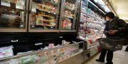 Illustrationsbild: En kvinna handlar i en mataffär i Tokyo.  Shizuo Kambayashi / TT NYHETSBYRÅN