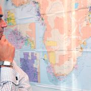 Arkivbild: Ian Lundin, President of Lundin Petroleum AB, looks at a map, in the press room of his offices in Geneva, Switzerland. SALVATORE DI NOLFI / KEYSTONE