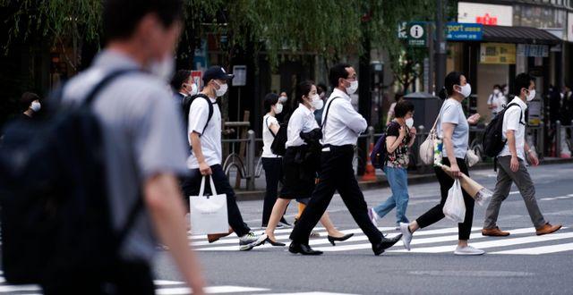 Fotgängare i Tokyo på måndagen Eugene Hoshiko / TT NYHETSBYRÅN