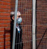 En arbetare bakom ett galler vid ett slakthus i Rosendahl idag. Michael Probst / TT NYHETSBYRÅN