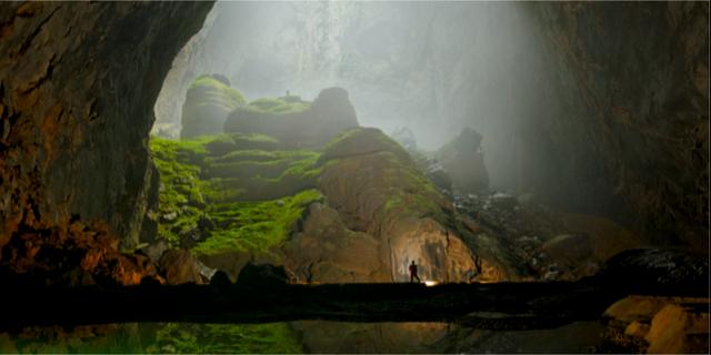 Man känner sig lätt liten i Son Doong-grottan.