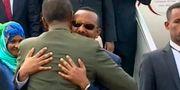 Etiopiens premiärminister Abiy Ahmed kramar om Eritreas president Isaias Afwerki på Asmaras flygplats den 8 juli.  TT / NTB Scanpix