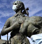 Bronsfigurer med ansiktsmask i Haparanda.  Erik Simander/TT / TT NYHETSBYRÅN