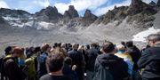 Sörjande människor vid berget Pizol. FABRICE COFFRINI / AFP