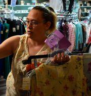 Illustrationsbild: Shannon Thompson tittar på kläder i en second hand-affär i Roundup, Montana (april 2020).  Matthew Brown / TT NYHETSBYRÅN