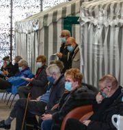 Människor som just vaccinerats vilar upp sig utanför Paris Michel Euler / TT NYHETSBYRÅN