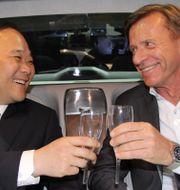Volvo Cars vd Håkan Samuelsson med Geelys styrelseordförande Li Shufu. Arkivbild. KARIN OLANDER / TT / TT NYHETSBYRÅN