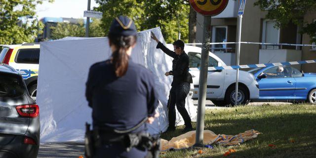 Poliser vid avspärrningarna i Hässelby. Fredrik Persson/TT / TT NYHETSBYRÅN
