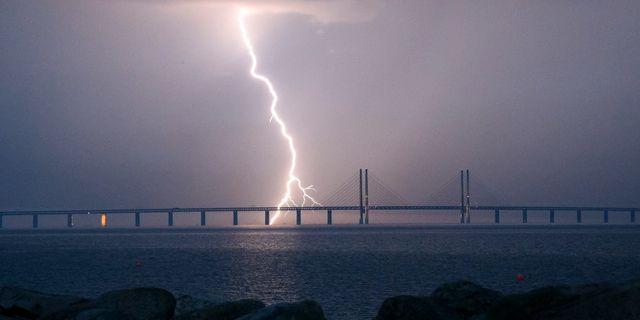 En blixt slår ner vid Öresundsbron i juni 2016. Johan Nilsson/TT / TT NYHETSBYRÅN