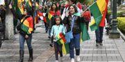 Människor på La Paz gator firar sedan Evo Morales meddelat sin avgång. AIZAR RALDES / AFP