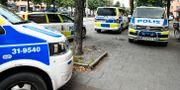Polisbilar på plats efter att en person hittats död i en lägenhet på Södermalm i Stockholm. Karin Wesslén/TT / TT NYHETSBYRÅN