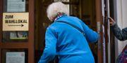 En kvinna på väg in i en vallokal. VLADIMIR SIMICEK / AFP