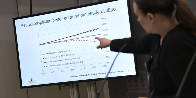 Maria Wetterstrand presenterar utredningen. Pontus Lundahl/TT / TT NYHETSBYRÅN
