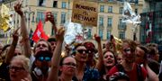 Motdemonstranter under högerpopulistiska AFD:s demonstration i Berlin idag. TOBIAS SCHWARZ / AFP