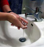 Att tvätta händerna kan ta död på viruset. Maja Jakobsson / TT / TT NYHETSBYRÅN