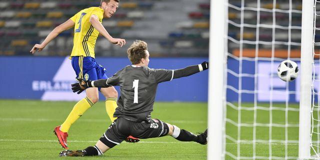 Sveriges Gustaf Nilsson göt 1-0 på stopptid bakom Frederik Rönnov under torsdagens fotbollslandskamp mellan Sverige och Danmark i Abu Dhabi Björn Larsson Rosvall/TT / TT NYHETSBYRÅN