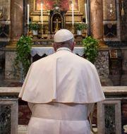 Påve Franciskus ber.  VATICAN MEDIA/ TT NYHETSBYRÅN