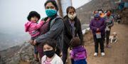 Kvinnor i Lima, Peru, står i kö för matdonationer. Rodrigo Abd / TT NYHETSBYRÅN