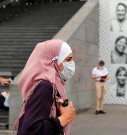 Kvinna med munskydd i Paris.  Francois Mori / TT NYHETSBYRÅN