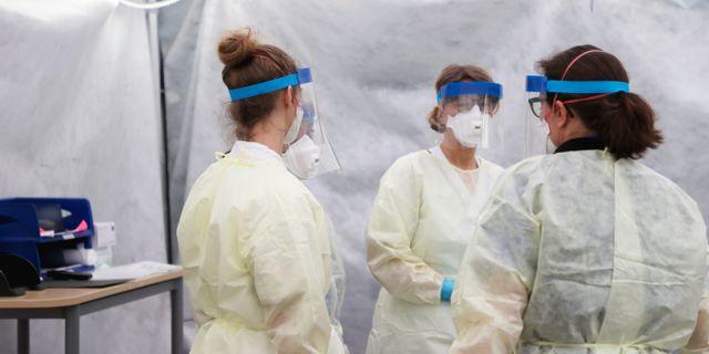 Personal i ett provtagningstält utanför infektionsmottagningen utanför Östra sjukhuset i Göteborg. Adam Ihse/TT / TT NYHETSBYRÅN