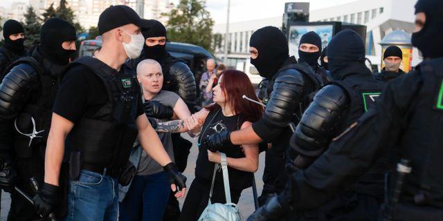 Demonstranter och polis i Minsk.  Sergei Grits / TT NYHETSBYRÅN