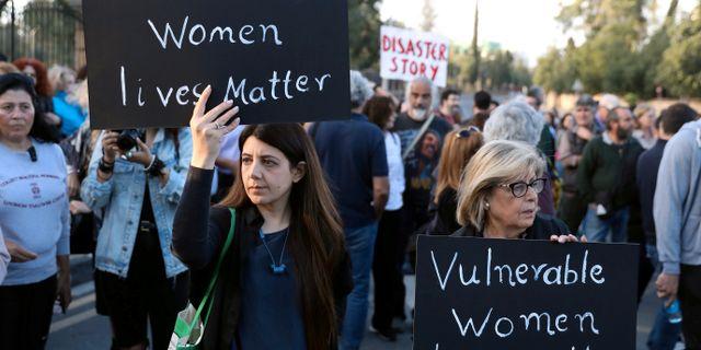 Kvinnor protesterar utanför rätten.  Yiannis Kourtoglou / TT NYHETSBYRÅN