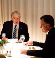 Donald Trump 2016 tillsammans med dåvarande stabschefen Reince Priebus och Mitt Romney. Evan Vucci / TT NYHETSBYRÅN