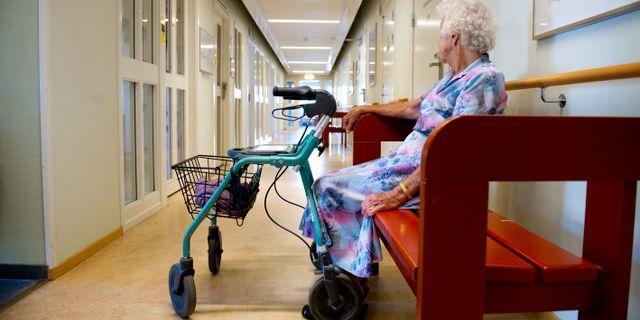 En kvinna på ett äldreboende. JESSICA GOW / TT / TT NYHETSBYRÅN