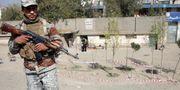 Polisman vaktar utanför en vallokal där ett självmordsdåd inträffat. Massoud Hossaini / TT NYHETSBYRÅN/ NTB Scanpix