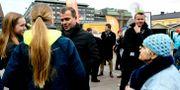 Samlingspartiets politiker Petteri Orpo pratar med väljare. Martti Kainulainen / TT NYHETSBYRÅN/ NTB Scanpix
