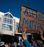 Protester utanför Pennsylvania Convention Center  Rebecca Blackwell / TT NYHETSBYRÅN
