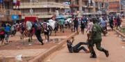 Gatuförsäljare jagas av polis i Kampala. BADRU KATUMBA / TT NYHETSBYRÅN