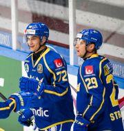 William Eklund (#72) jublar med lagkamrater.  Anders Bjurö/TT / TT NYHETSBYRÅN